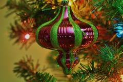 在圣诞树的绿色和红色圣诞节电灯泡特写镜头 图库摄影