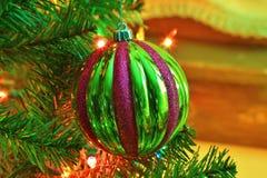 在圣诞树的绿色和红色圣诞节电灯泡特写镜头 免版税库存照片