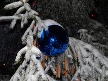 在圣诞树的美丽的蓝色球 免版税图库摄影