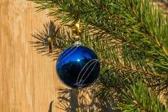 在圣诞树的蓝色装饰球在木背景 库存图片