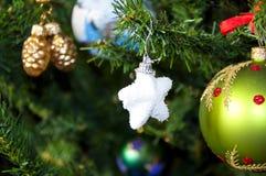 在圣诞树的装饰星 免版税库存照片