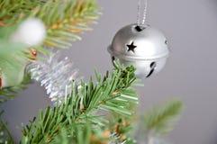 在圣诞树的装饰球响铃 图库摄影