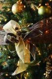 在圣诞树的金黄弓 库存图片