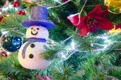 在圣诞树的雪人 库存图片