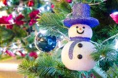 在圣诞树的雪人 免版税图库摄影
