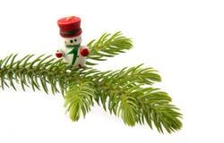 在圣诞树的雪人 免版税库存图片