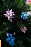 在圣诞树的Tornillo Kusudama Origami装饰 免版税库存照片