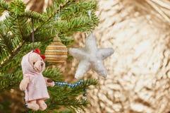 在圣诞树装饰的特写镜头 图库摄影