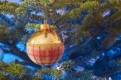 在圣诞树装饰的特写镜头 库存照片