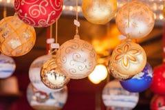 在圣诞树装饰的特写镜头 免版税库存照片