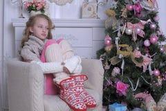 在圣诞树附近的十几岁的女孩 库存照片