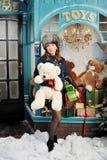 在圣诞树附近的圣诞节妇女与礼物 免版税库存照片