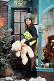 在圣诞树附近的圣诞节妇女与礼物 库存照片