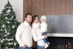 在圣诞树附近的家庭画象 免版税库存照片