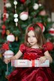 在圣诞树附近的小女孩 免版税库存图片