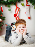 在圣诞树附近的愉快的小男孩 库存图片