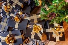 在圣诞树附近的礼物盒 免版税库存图片