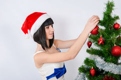 在圣诞树附近的美丽的女孩 库存图片