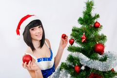 在圣诞树附近的美丽的女孩 库存照片
