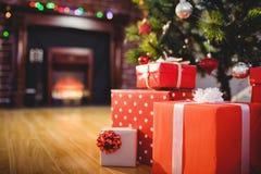 在圣诞树附近的被包裹的礼物 免版税图库摄影
