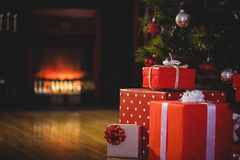 在圣诞树附近的被包裹的礼物 免版税库存照片