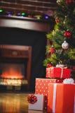 在圣诞树附近的被包裹的礼物 库存照片