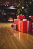 在圣诞树附近的被包裹的礼物 免版税库存图片