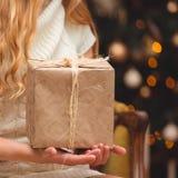 在圣诞树附近的金发碧眼的女人 库存图片