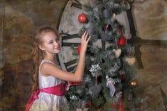 在圣诞树附近的青少年的女孩 图库摄影