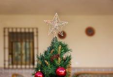 在圣诞树顶部的一个星 图库摄影