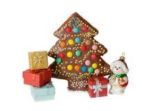 在圣诞树,礼物盒形状的自创蛋糕  免版税库存照片