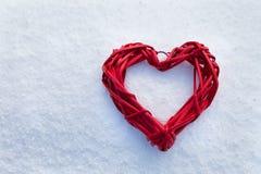 在圣诞树,雪,冬天,华伦泰` s天的心脏在公园 库存图片