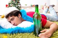 在圣诞派对以后在家被喝的年轻人 库存图片