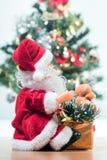在圣诞老人和圣诞树旁边 免版税库存照片