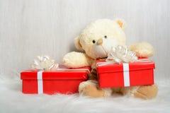 在圣诞老人帽子的玩具熊有礼物的 免版税库存照片