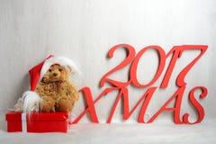在圣诞老人帽子的玩具熊有礼物的 免版税图库摄影