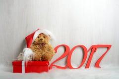 在圣诞老人帽子的玩具熊有礼物的 库存图片