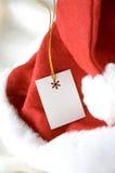 在圣诞老人帽子的礼物标记 库存照片