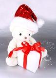 在圣诞老人帽子的空白玩具熊与礼品 免版税库存图片