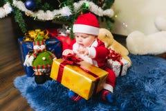 在圣诞老人打扮的婴孩 免版税库存照片