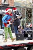 在圣诞老人游行的未来摇滚明星 免版税库存照片