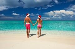 在圣诞老人的帽子的夫妇在马尔代夫的一个海滩 库存图片