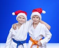 在圣诞老人盖帽的蓝色背景男孩  免版税库存图片