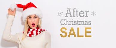 在圣诞节与妇女的销售消息以后有圣诞老人帽子的 免版税库存照片