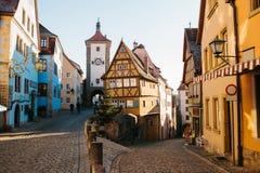 在圣诞节假日期间,在Rothenburg ob der陶伯的一条美丽的街道与德国样式的美丽的房子 库存照片