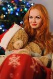 在圣诞节假日期间,美丽的少妇 免版税库存图片
