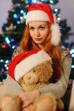 在圣诞节假日期间,美丽的少妇 免版税库存照片