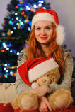 在圣诞节假日期间,美丽的少妇 图库摄影