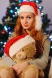 在圣诞节假日期间,美丽的少妇 库存图片