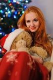 在圣诞节假日期间,美丽的少妇 库存照片